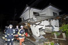 Bombeiros vistos ao lado de casa destruída por terremoto no Japão.  14/04/2016      REUTERS/Kyodo