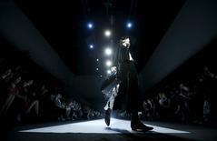 Modelo apresenta criação de Giorgio Armani em Moscou. 14/4/2016. REUTERS/Maxim Zmeyev