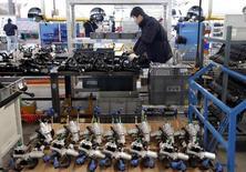 La economía china creció un 1,1 por ciento desestacionalizado en el primer trimestre de 2016 con respecto al cuarto trimestre del año pasado, su ritmo de expansión más bajo desde 2010, según datos de la Oficina Nacional de Estadísticas. En la imagen, un empleado trabaja en una línea de producción de coches electrónicos en una fábrica de Beijing Electric Vehicle en Beijing, China, el 18 de enero de 2016. REUTERS/Kim Kyung-Hoon