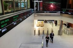 Personas caminan en la Bolsa de Valores de Londres, en Gran Bretaña. 30 de noviembre de 2015. Las acciones brasileñas que cotizan en la Bolsa de Londres llegaron a subir hasta un 2,5 por ciento el lunes tras una votación en la Cámara baja a favor de impugnar a la presidenta Dilma Rousseff. REUTERS/Suzanne Plunkett