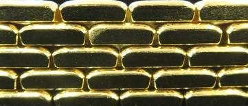 Слитки золота на заводе Oegussa в Вене 18 марта 2016 года. Таджикистан отказался от приватизации золотодобывающей госкомпании Тиллои точик - второго по объемам производителя страны, не разглядев выгоды в продаже до наращивания выпуска на предприятии. REUTERS/Leonhard Foeger