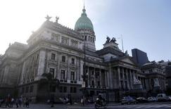 El Congreso argentino en Buenos Aires, mar 8, 2016. Argentina lanzó el martes una oferta de bonos en cuatro tramos por 16.500 millones de dólares que registró más de 68.000 millones de dólares en órdenes, en su primera incursión en el mercado internacional de deuda en 15 años, informó IFR, un servicio de información financiera de Thomson Reuters.  REUTERS/Marcos Brindicci
