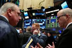 Трейдеры на торгах Нью-Йоркской фондовой биржи 12 апреля 2016 года. Американские фондовые индексы S&P 500 и Dow Jones слегка повысились при открытии торгов во вторник благодаря росту цен на нефть на фоне спада добычи сырья в Кувейте, вызванного забастовкой нефтяников. REUTERS/Lucas Jackson