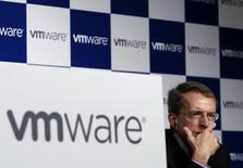 Глава VMware Пат Гелзингер на пресс-конференции в Токио. Компания VMware Inc сообщила об увеличении квартальной выручки, которая превысила ожидания благодаря уверенным продажам нового ПО для виртуализации.REUTERS/Yuya Shino