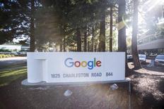 La Commission européenne accuse Google de favoriser abusivement ses propres applications en lien avec son système d'exploitation Android dans les accords passés avec les fabricants de téléphones mobiles et les opérateurs de réseaux. /Photo d'archives/REUTERS/Stephen Lam