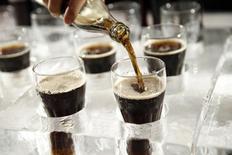 Coca-Cola на презентации в Париже. Компания Coca-Cola Co отчиталась о падении продаж четвёртый квартал кряду на фоне ослабления спроса на её газированные напитки в Европе, а также укрепления доллара, обесценившего доходы от продаж на рынках за пределами США, включая Латинскую Америку.  REUTERS/Benoit Tessier