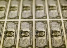 Imagen de archivo de billetes de un dólar en una mesa en la Casa de la Moneda de los Estados Unidos en Washington, nov 14, 2014. El dólar subía frente el euro el miércoles por temores de que los comentarios del Banco Central Europeo el jueves puedan perjudicar a la moneda europea, mientras que algunas divisas de mayor riesgo vinculadas a las materias primas se mantenían cerca a máximos de varios meses ante un mayor alivio con la economía china.   REUTERS/Gary Cameron/Files