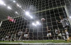 Match AC Milan-Juventus de Turin Les autorités de la concurrence italiennes ont annoncé mercredi avoir condamné Mediaset et Sky Italia, filiale du britannique Sky, à des amendes totales de 55,4 millions d'euros pour avoir enfreint les lois antitrust lors de la vente en 2014 des droits télévisés de matches de football. /Photo prise le 9 avril 2016/REUTERS/Alessandro Garofalo
