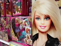 Le géant américain du jouet Mattel a annoncé mercredi une perte trimestrielle plus lourde encore qu'attendu, conséquence de la faiblesse des ventes de plusieurs de ses marques phares, comme Barbie, Monster High ou American Girl, et de la perte d'une lucrative licence de Disney. Son chiffre d'affaires a baissé de 5,8% sur les trois premiers mois de cette année à 869,4 millions de dollars, mais il dépasse le consensus des estimations d'analystes, qui le donnait à 861,1 millions. /Photo d'archives/REUTERS/Mike Blake
