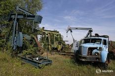 Станки-качалки в музее нефти в Мерквиллер-Пешельброне, Франция 7 мая 2014 года.  Новая инициатива в переговорах о заморозке глобальной добычи нефти может появиться через неделю-две, сказал в четверг замминистра энергетики России Кирилл Молодцов. REUTERS/Vincent Kessler
