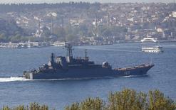 Российский десантный корабль Минск в Босфоре, на пути в Средиземное море. США заявили в четверг о своих опасениях по поводу сообщений о том, что Россия перебрасывает в Сирию дополнительную военную технику для поддержки президента Башара Асада на фоне нарушений режима прекращения огня и близости мирных переговоров к провалу. REUTERS/Murad Sezer