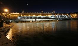Вид на Красноярскую ГЭС. 13 января 2016 года. Крупнейшая в РФ гидрогенерирующая госкомпания Русгидро увеличила производство электроэнергии на 15,6 процента в первом квартале до 30,8 миллиарда киловатт-часов в годовом сравнении за счет благоприятного уровня воды и росту выработки ГЭС, ждет притока к основным водохранилищам выше нормы во втором квартале, сообщила компания. REUTERS/Ilya Naymushin