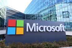 Microsoft publie un bénéfice inférieur aux attentes pour son troisième trimestre clos le 31 mars, notamment affecté par la faiblesse du marché des ordinateurs personnels. Le bénéfice net du groupe est descendu à 3,76 milliards de dollars (3,33 milliards d'euros), contre 4,99 milliards de dollars un an plus tôt. /Photo prise le 18 avril 2016/REUTERS/Charles Platiau