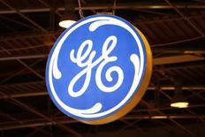 Логотип General Electric на конференции в Париже. 2 июня 2015 года. General Electric Co отчиталась о превзошедшем ожидания росте квартальной прибыли в пятницу, но сообщила о снижении органической выручки на 1 процент, вызвав сомнения относительно годового прогноза выручки. REUTERS/Benoit Tessier