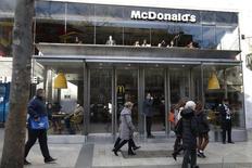 McDonald's affiche un bénéfice en hausse de 35% au premier trimestre,  dépassant les estimations des analystes grâce à l'augmentation de la fréquentation de ses restaurants aux Etats-Unis. /Photo prise le 10 mars 2016/REUTERS/Charles Platiau
