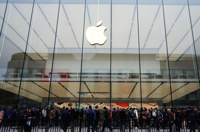 People line up outside an Apple store as iPhone SE goes on sale in China, in Hangzhou, Zhejiang province, March 31, 2016. REUTERS/China Daily