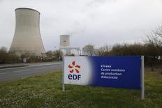 EDF va intégrer dès cette année dans ses comptes le scénario d'un prolongement de la durée de vie de ses centrales nucléaires françaises au-delà de 40 ans. Le groupe a annoncé vendredi une série de mesures pour renforcer sa structure financière, dont une augmentation de capital de quatre milliards d'euros, financée aux trois quarts par l'Etat, actionnaire à 85%. /Photo prise le 17 mars 2016/REUTERS/Stéphane Mahé