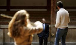 """El presidente de Estados Unidos, Barack Obama, observa una selección de canciones y extractos de """"Hamlet"""" mientras visita el teatro The Globe en Londres, Inglaterra, para conmemorar el aniversario 400 de la muerte de William Shakespeare. 23 de abril, 2016. El presidente de Estados Unidos, Barack Obama, conmemoró el sábado el aniversario 400 de la muerte de Shakespeare al visitar el teatro Globe de Londres para disfrutar una escena de """"Hamlet"""", donde el príncipe danés hace la famosa pregunta: """"Ser o no ser"""". REUTERS/Kevin Lamarque"""