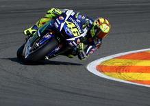 Yamaha MotoGP rider Valentino Rossi of Italy takes a curve during the Valencia Motorcycle Grand Prix at the Ricardo Tormo racetrack in Cheste, near Valencia, November 8, 2015.  REUTERS/Heino Kalis