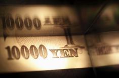 Банкнота в 10.000 иен. Иена достигла трехнедельного минимума в понедельник на ожиданиях возможного введения Банком Японии отрицательной процентной ставки по кредитам для банков, в то время как фунт стерлингов вырос до максимума пяти недель, отреагировав на призыв президента США Барака Обамы к британцам не выходить из состава ЕС. REUTERS/Shohei Miyano/File Photo