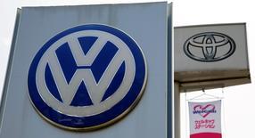 Los logos de Volkswagen y Toyota en una concesionaria en Tokio, Japón. 30 de julio de 2014. Volkswagen superó a Toyota como la automotriz que vendió más autos en el mundo en el primer trimestre, porque su rival japonés tuvo que hacer frente a una serie de interrupciones en la producción. REUTERS/Toru Hanai/Files