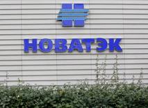 Логотип Новатэка на офисе продаж компании в Москве 16 сентября 2012 года. Крупнейший в РФ частный газодобытчик Новатэк увеличил относящуюся в акционерам нормализованную чистую прибыль по МСФО в первом квартале 2016 года на 87 процентов до 58,24 миллиарда рублей, сообщила компания в среду. REUTERS/Maxim Shemetov