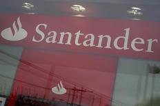 Banco Santander registró un descenso del 4,9 por ciento en su beneficio neto del primer trimestre del año, lastrado por la debilidad del real brasileño, aunque el resultado se situó por encima de las previsiones de los analistas. En la foto, una filial de Santander en Nueva York el 4 de abril de 2016. REUTERS/Shannon Stapleton
