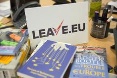 """Эмблема группы """"Leave.eu"""", поддерживающей Brexit, в ее офисе в Лондоне. Выход из Евросоюза будет стоить каждому среднестатистическому работающему британцу месячного заработка к 2020 году. Об этом сообщила Организация экономического сотрудничества и развития (ОЭСР), присоединившись к организациям, предупреждающим о негативных последствиях выхода страны из блока. REUTERS/Neil Hall"""
