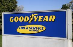 Goodyear Tire & Rubber Co, le numéro un du pneu aux Etats-Unis, annonce un recul de 8,3% de son chiffre d'affaires au premier trimestre, sous le coup d'une baisse de ses ventes dans la région Amériques, son principal marché. Le groupe d'Akron (Ohio) fait état d'un bénéfice net de 184 millions de dollars contre 224 millions un an plus tôt. /Photo d'archives/REUTERS/Rick Wilking