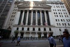 La Bourse de New York a fini en ordre dispersé mercredi, partagée entre les déclarations jugées rassurantes de la Réserve fédérale et la chute d'Apple en réaction à la baisse de ses résultats. Le Dow Jones a gagné 0,29%, à 18.043,06. Le Nasdaq a reculé de 0,51% à 4.863,14.  /Photo d'archives/REUTERS/Carlo Allegri