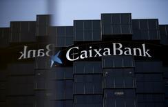 Le bénéfice net de Caixabank a diminué de 27,2% à 273 millions d'euros, en deçà lui aussi du consensus le donnant à 282 millions d'euros. /Photo prise le 18 avril 2016/REUTERS/Albert Gea