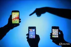 Люди держат в руках смартфоны Samsung Galaxy S3, Nokia Lumia 820 и iPhone 4 в Зенице 17 мая 2013 года. Глобальные поставки смартфонов сократились на 3 процента в первом квартале по сравнению с предыдущим годом, продемонстрировав первое в истории падение, отразившее растущие проблемы в отрасли, сообщила исследовательская компания Strategy Analytics в четверг. REUTERS/Dado Ruvic