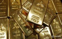 Слитки золота в штаб-квартире Mitsubishi Materials Corporation в Токио 2 июня 2009 года. Золото в четверг подорожало на 1 процент до недельного максимума после того, как Банк Японии не стал менять политику, что привело к усилению иены по отношению к доллару, а ФРС США заявила о нежелании ужесточать денежно-кредитную политику. REUTERS/Toru Hanai