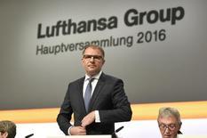 Глава Lufthansa Карстен Шпор на ежегодной встрече акционеров в Гамбурге. Немецкая авиакомпания Lufthansa хочет принять участие в крайне необходимой консолидации отрасли в Европе, чтобы местные авиаперевозчики могли лучше конкурировать с американскими и азиатскими соперниками, сказал глава компании Карстен Шпор.  REUTERS/Fabian Bimmer