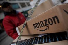 """Amazon affiche des résultats trimestriels nettement supérieurs aux attentes des analystes, grâce à son programme de fidélité Prime (Premium) qui a attiré de nouveaux clients et à ses activités de services dématérialisés (""""cloud""""). /Photo prise le 29 janvier 2016/REUTERS/Mike Segar"""