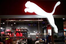 Puma a confirmé vendredi ses prévisions prudentes pour le chiffre d'affaires et les bénéfices de 2016, estimant qu'une année chargée en événements sportifs ainsi que le dynamisme de son pôle féminin lui permettront de compenser l'impact négatif du dollar. Le bénéfice net a augmenté de 4% au premier trimestre, à 25,8 millions d'euros. /Photo prise le 22 avril 2016/REUTERS/David Mdzinarishvili