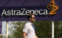 AstraZeneca se renforce dans les traitements anticancéreux dans le cadre de la rationalisation de ses activités alors que son bénéfice courant a reculé de 12% au premier trimestre comme attendu. Le directeur général Pascal Soriot a dit vendredi que le laboratoire anglo-suédois allait accentuer la hiérarchisation de ses investissements et accroître ses dépenses en oncologie. /Photo d'archives/REUTERS/Phil Noble