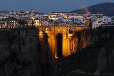 """Las pernoctaciones realizadas por turistas en apartamentos, albergues, casas rurales o campings de España superaron los 7,8 millones en marzo, mes en el que cayó este año íntegra la Semana Santa, lo que supone un alza interanual del 33 por ciento. En la imagen de archivo, se ve el """"Puente Nuevo"""" de Ronda, Málaga, iluminado por la Hora de la Tierra, el 19 de marzo de 2016. REUTERS/Jon Nazca - RTSB9F4"""