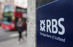 Royal Bank of Scotland a creusé ses pertes au premier trimestre et la banque écossaise s'est montrée circonspecte quant au calendrier de reprise du dividende au vu de la baisse de ses revenus, du coût toujours très lourd de sa restructuration et de la lenteur de ses cessions d'actifs. /Photo d'archives/REUTERS/Neil Hall
