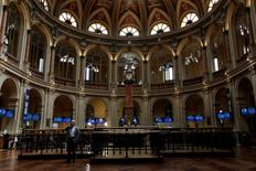 El Ibex-35 volvió a bajar el viernes con fuerza por segundo día consecutivo al reaccionar el mercado negativamente a las cuentas trimestrales de Telefónica IAG, Bankia y Popular. En esta imagen de archivo, vista interior de la bolsa de Madrid el 31 de julio de 2014. REUTERS/Juan Medina