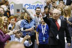 Warren Buffett participates in the newspaper tossing challenge at the Clayton Home in the exhibit hall during the Berkshire Hathaway Annual Shareholders Meeting at the CenturyLink Center in Omaha, Nebraska, U.S. April 30, 2016. REUTERS/Ryan Henriksen