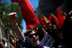 """En una jornada de movilizaciones en toda España por el Día Internacional del Trabajo, los dos grandes sindicatos criticaron a los políticos por su incapacidad para evitar la repetición de elecciones y pidieron la unidad de la izquierda para lograr un """"gobierno del cambio"""" que afronte los problemas de los ciudadanos. En la imagen, una manifestante levanta el puño en la manifestación de Madrid, 1 de mayo de 2016. REUTERS/Susana Vera"""