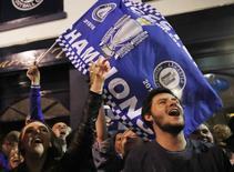 Torcedores do Leicester City comemoram título inglês.  2/5/16. Reuters/Eddie Keog