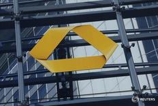 En la imagen, el logotipo de Commerzbank en Fráncfort, Alemania, el 12 de febrero de 2016. Commerzbank reportó el martes una caída de un 52 por ciento en su utilidad neta del primer trimestre, golpeada por unos mercados de capitales volátiles y el lastre de unas bajas tasas de interés. REUTERS/Ralph Orlowski/File Photo