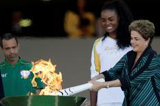 Presidente Dilma Rousseff acende a tocha olímpica em cerimônia no Palácio do Planalto em Brasília. 03/05/2016 REUTERS/Ueslei Marcelino
