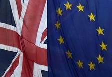Banderas de la Unión Europea y del Reino Unido, vistas en Londres, Inglaterra. 10 de noviembre de 2015. La Unión Europea dijo el martes que la incertidumbre antes del referendo del próximo mes en Reino Unido sobre su salida del bloque podría afectar al crecimiento de la economía británica este año, aunque se abstuvo de predecir lo que sucedería si la separación se concreta. REUTERS/Toby Melville/File Photo