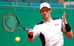Tennis - Monte Carlo Masters - Monaco, 15/04/2016. Andy Murray of Britain plays a shot to Milos Raonic of Canada.   REUTERS/Eric Gaillard