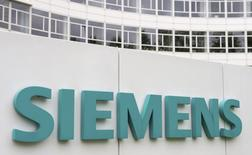 Siemens, qui a dégagé au deuxième trimestre un bénéfice dépassant le consensus à la faveur d'une accélération de son programme de réduction des coûts, relève son objectif d'économies annuel. /Photo d'archives/REUTERS/Lukas Barth