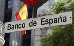 El Banco de España dijo el miércoles que en los últimos meses se han intensificado los riesgos a la baja respecto a sus previsiones de crecimiento de la economía española, que estima en el 2,7 por ciento del Producto Interior Bruto (PIB) para este año y el 2,3 por ciento para el próximo.   En la imagen, una bandera española ondea junto a la parada de metro de Banco de Espaañ en Madrid, el 3 de agosto de 2011.  REUTERS/Paul Hanna