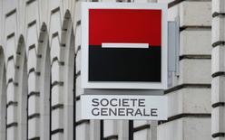 En la imagen de archivo se aprecia el logo del banco francés Société Générale en la fachada de su edificio en París, Francia, el 3 de marzo de 2016.  Societe Generale SA prometió más recortes de costos este año, en un intento por tranquilizar a los inversores de que su negocio diversificado podrá soportar un comienzo débil del 2016 en su banca de inversión. REUTERS/Christian Hartmann